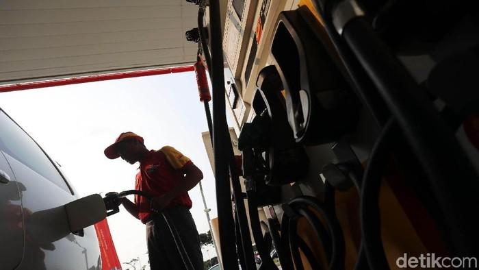Ilustrasi petugas pom bensin. Foto: Grandyos Zafna