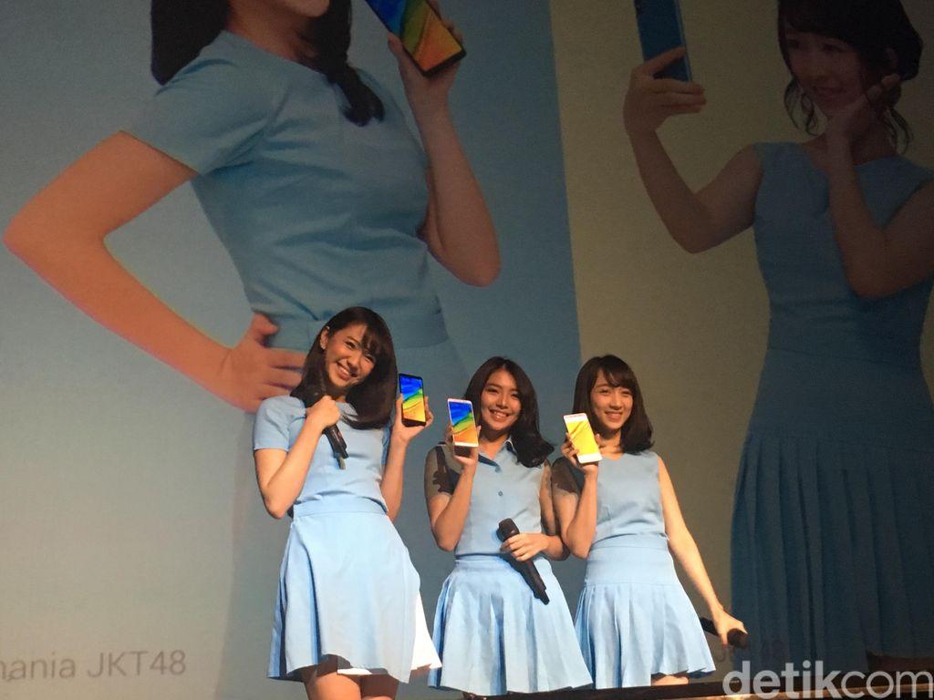Meski demikian, tiga member JKT48 ini mampu memukau hadirin. Tak sedikit dari mereka mencoba membidik ketiganya menggunakan kamera smartphone. Foto: Agus Tri Haryanto/detikINET