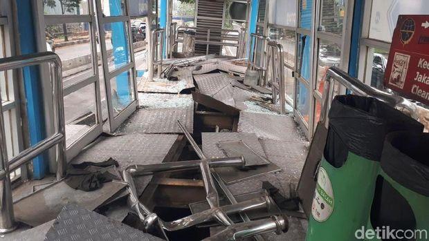 Halte TransJ Simprug, Kebayoran Lama, Jaksel, rusak dihantam truk, Kamis (19/4/2018). Foto: Audrey Santoso/detikcom