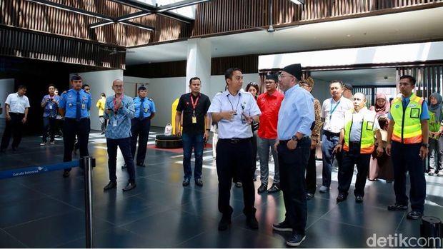 Kunjungan Datuk Kamarudin ke Bandara Blimbingsari (Ardian/detikTravel)
