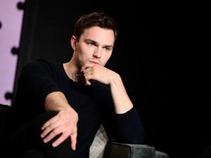 Putus dari J-Law, Nicholas Hoult Diam-diam Punya Anak dengan Model