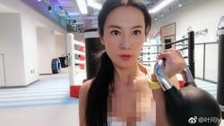 Usia Liu Yelin sudah 51 tahun, namun karena rajin olahraga ia awet muda sampai sering dikira pacar anaknya sendiri.