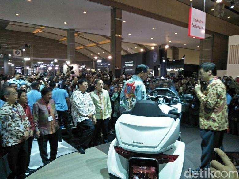 Presiden Jokowi melihat moge Honda Gold Wing ditemani oleh  Executive Vice President Director PT AHM Johannes Loman. (Foto: Ruly Kurniawan)