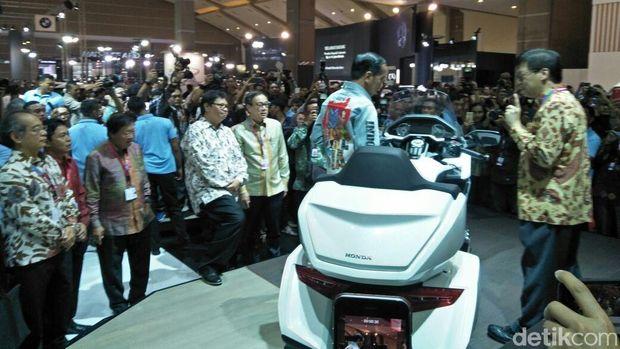 Joko Widodo saat melihat Honda Gold Wing