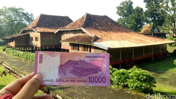 Ada banyak keistimewaan hingga rumah Limas ini dicetak di uang pecahan Rp 10 ribu. Salah satunya terdapat pada bagian atap dengan ornamen berbentuk Simbar. Simbar ini bukan hanya sebagai hiasan, tapi juga sebagai penangkal petir. (Raja Adil Siregar/detikTravel)