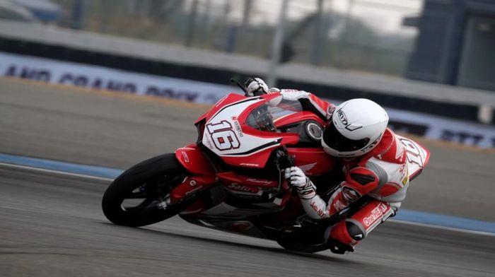 Aksi Mario Suryo Aji di seri pertama ARRC 2018 di Buriram, Thailand (Foto: Dokumentasi Astra Honda Racing Team)