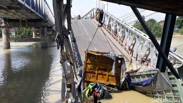 Melihat Lebih Dekat Bentangan Ketiga Jembatan Babat yang Ambrol