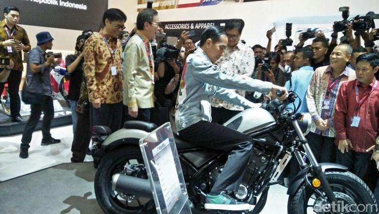 Joko Widodo duduk di motor Honda Rebel (Foto: Ruly Kurniawan)