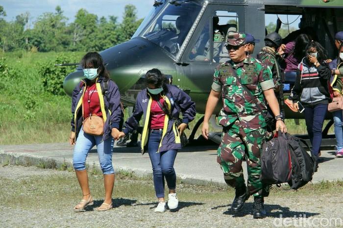 Pasukan TNI mengevakuasi para guru dari lembah Arwanop setelah disandera oleh kelompok kriminal separatisme bersenjata (KKSB) di Papua. Para guru sempat mendapatkan kekerasan selama penyanderaan.