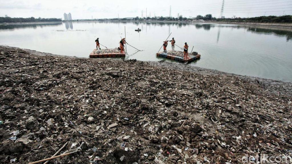 Sampah di Waduk Cincin Dibersihkan