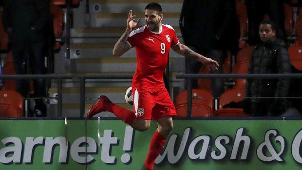 Aleksandar Mitrovic pemain muda yang muncul di antara pilar-pilar senior di timnas Serbia.