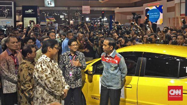 Presiden Jokowi dan Menperin Airlangga Hartarto di booth Toyota.