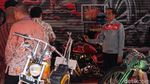 Foto: Jokowi Tunggangi Motor Kustom Merah dan Hijau