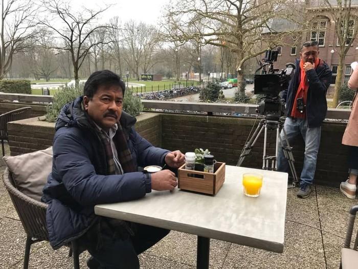 Sedang syuting ke luar negeri, Rano Karno tampak terlihat menikmati secangkir kopi di pagi yang dingin. Foto: Instagram @si.rano