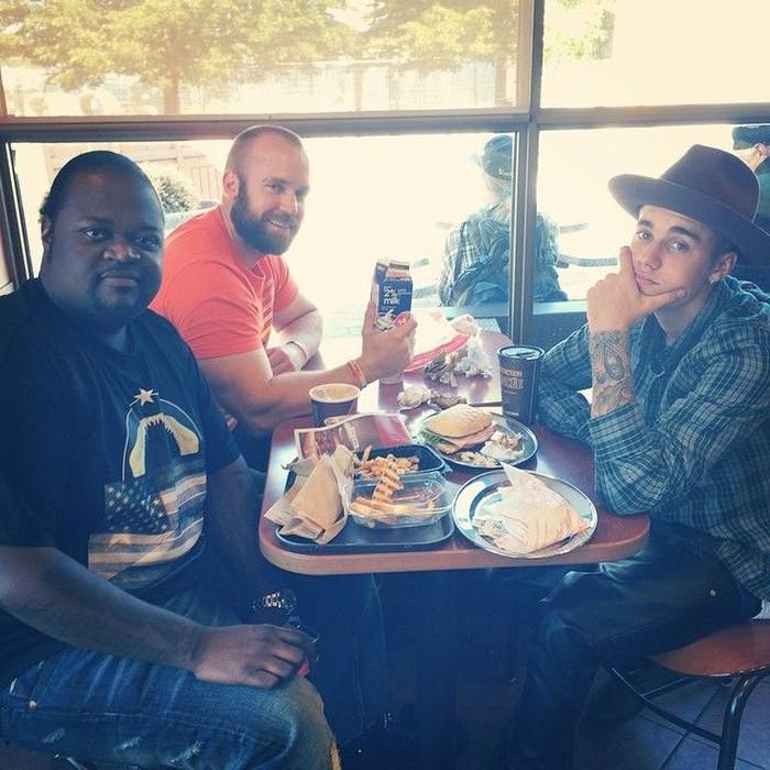 Dengan pakaian layaknya seorang koboi, pelantun lagu Never Let You Go ini terlihat sedang menyantap burger bersama kedua temannya. Foto: Instagram @justinbieber