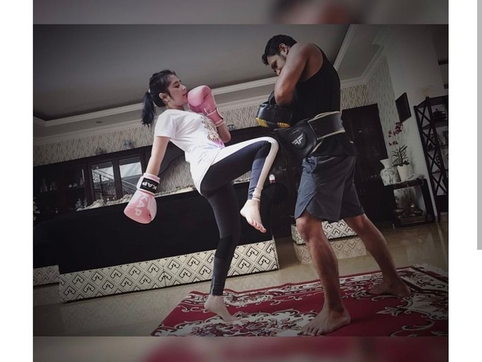 Prilly latihan muay thai karena selain bagus untuk membakar kalori juga jadi sarananya untuk menyalurkan stres. (Foto: Instagram/prillylatuconsina96)