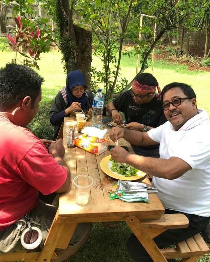 Rano sedang makan siang bersama dengan crew di lokasi syuting. Wah kira-kira lagi makan apa ya? Foto: Instagram @si.rano