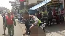 Foto: Aksi Polisi Taklukan Orang Gila Bawa Pisau di Bandung