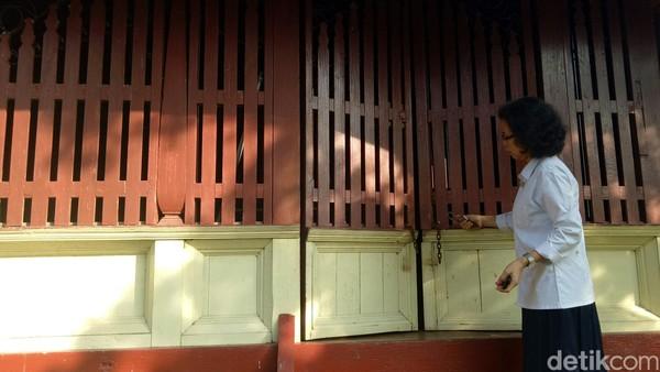 Dari luar terlihat fentilasi udara, selain sebagai fentilasi juga berfungsi melihat tamu yang datang. Sebaliknya, tamu tak akan bisa melihat orang di dalam rumah itu. (Raja Adil Siregar/detikTravel)