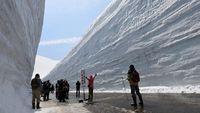 Wisatawan berhenti di tengah jalan Snow Wall Walk (CNN Travel)