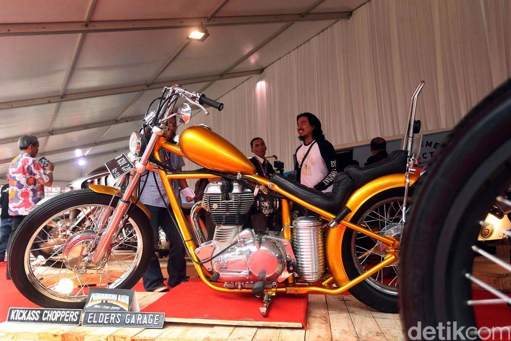 Presiden Joko Widodo dan putranya Gibran Rakabuming Raka sama-sama pencinta motor. Motor modifikasi keduanya disandingkan di arena Indonesia International Motor Show.