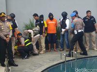 Dipamerkan Polisi di Depan Media, Istri Big Bos Miras Maut Pingsan