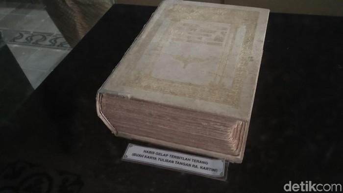 Buku tulisan tangan RA Kartini di Museum di Rembang, Jumat (20/4/2018).