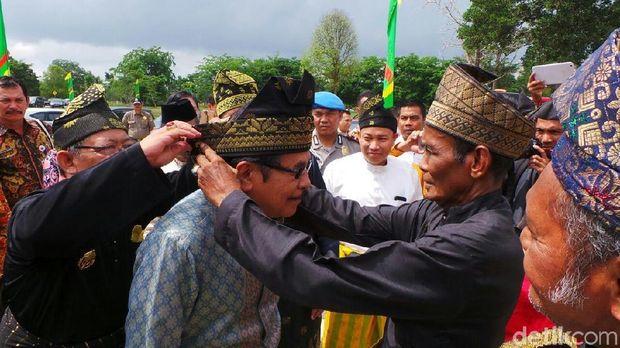 Menteri ATR/Kepala BPN Sofyan Djalil dipakaikan ikat kepala