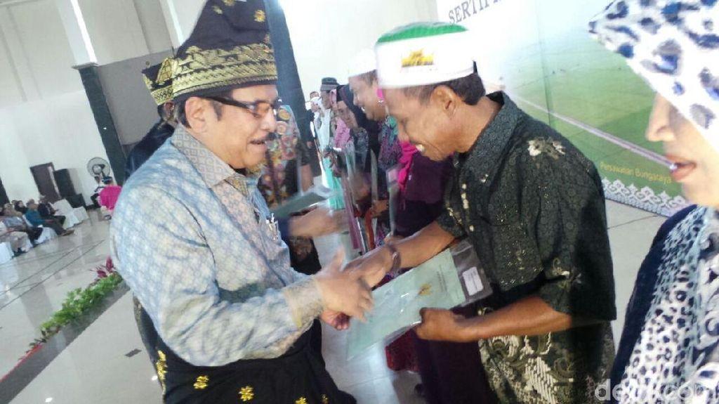 Berbusana Songket, Menteri ATR Bagi-bagi Sertifikat Tanah di Riau