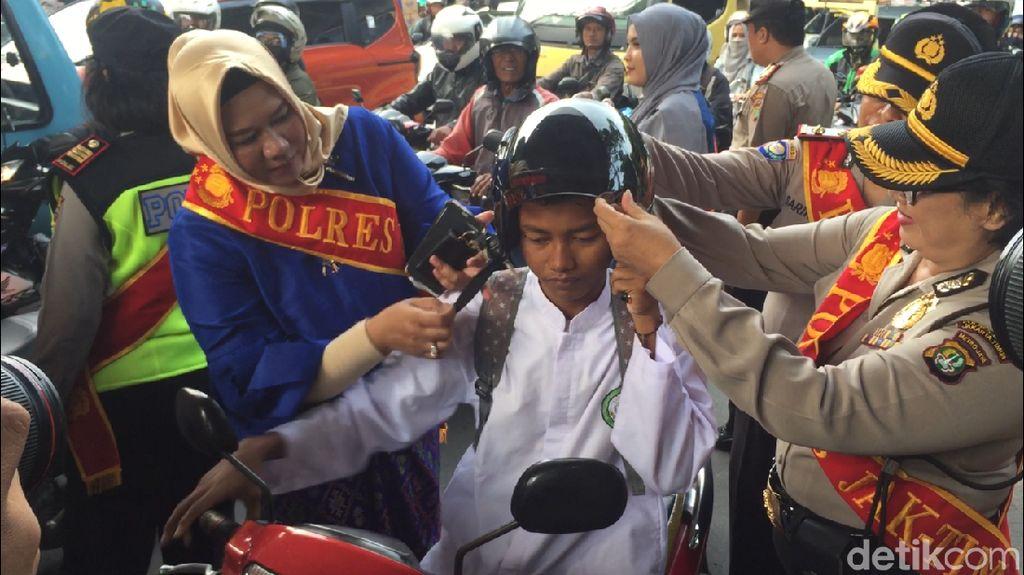 Jelang Hari Kartini, Polwan Berkebaya Bagi Helm di Jatinegara