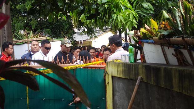 Rekonstruksi diawali dengan adegan tersangka membuka pagar rumah korban