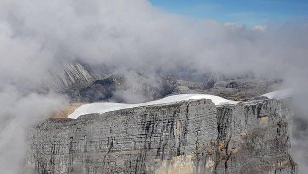 Panorama puncak yang tertutup salju