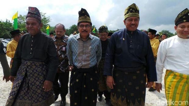 Menteri ATR/Kepala BPN Sofyan Djalil berbusana songket dalam acara bagi-bagi sertifikat di Siak-Riau