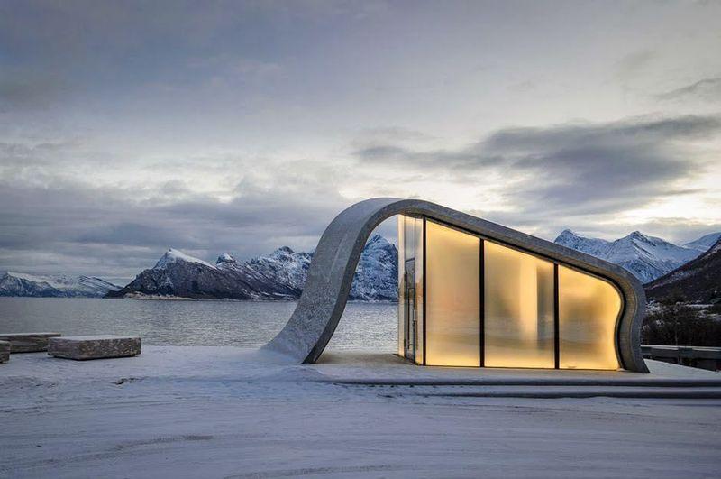 Sebuah toilet umum di Norwegia tengah jadi perbincangan. Bukan karena toiletnya yang bersih, melainkan pemandangan super indah yang bisa traveler lihat dari toilet tersebut. (sarandrab/Instagram)