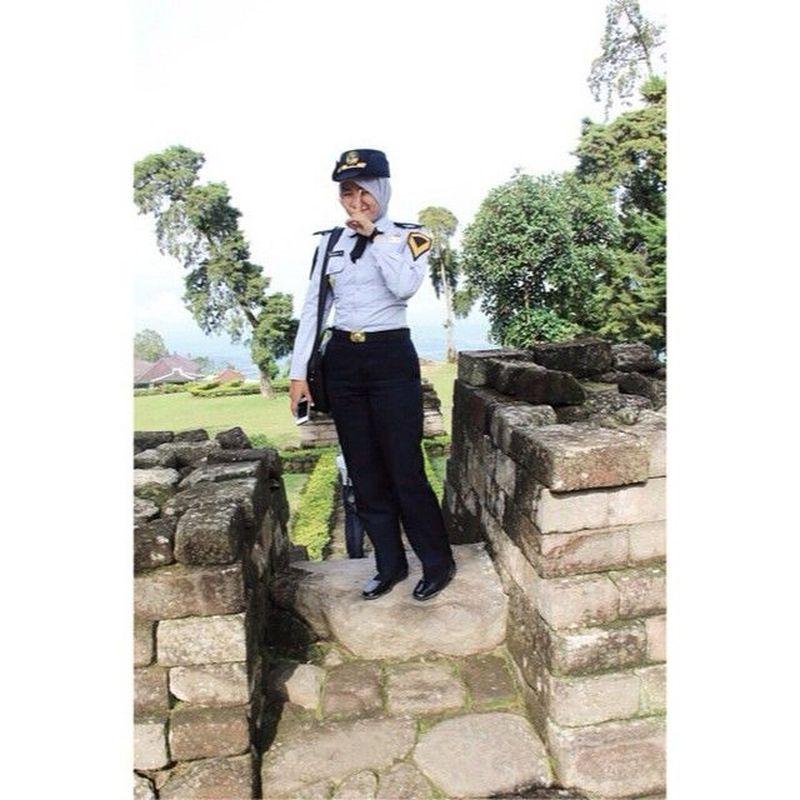Pose lawas Tiara Alincia Fitri Candi Sukuh, Karanganyar. Ia terlihat masih memakai seragam Akademi Perkeretaapian Indonesia (tiaralincia/Instagram)