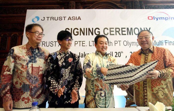 CEO J Trust Co.,Ltd. sekaligus Managing Director J TRUST ASIA PTE. LTD. (J Trust Asia) Nobuyoshi Fujisawa didampingi oleh Presiden Komisaris PT. Olympindo Multi Finance (OMF) Ang Andi Bintoro yang disaksikan Director J TRUST ASIA PTE. LTD. Shigeyoshi Asano dan Presiden Direktur PT Bank JTrust Indonesia Tbk. (J Trust Bank) Ritsuo Ando. Foto: dok. Jtrust Bank