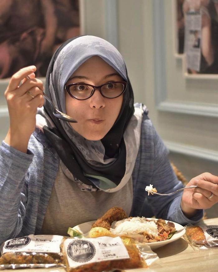 Liburan ke luar negeri, Zee Zee membawa bekal makanan khas Indonesia agar moodnya tetap happy. Ada semur jengkol, cumi, kentang. Duh kan dijamin berat badan mah bertambah, tulis wanita berhijab ini. Foto: Instagram zeezeeshahab