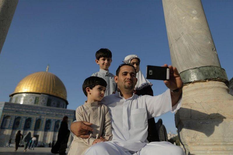 Melansir Reuters, Minggu (22/4/2018), tren ini terekam di tahun 2015 lalu. Para muda-mudi hingga orang tua Palestina mengikuti tren selfie itu (Ammar Awad/Reuters)