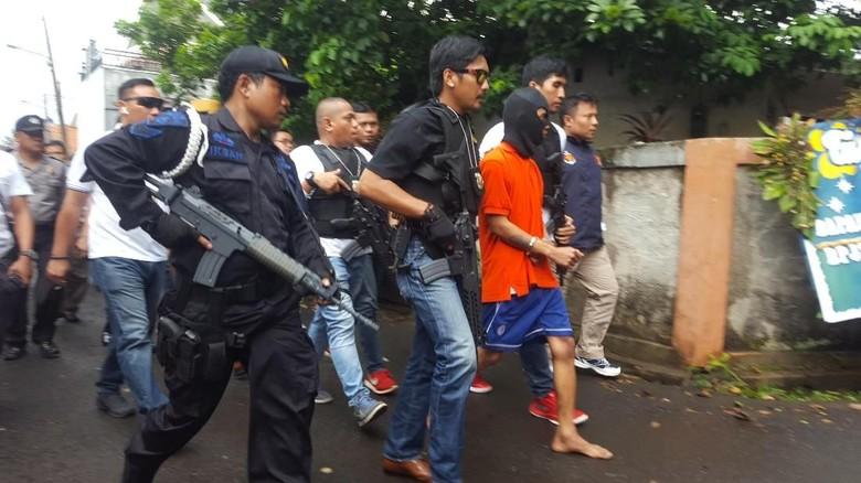 Rekonstruksi Pembunuhan Pensiunan TNI AL, Supriyanto Diteriaki Warga