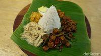 Nasi Bogana dengan paduan lauk komplet yang mengenyangkan.