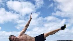 Kaum hawa mungkin sulit untuk berpaling dari foto-foto pilot asal Jerman ini. Selain tampan dirinya juga punya badan atletis karena rajin olahraga.