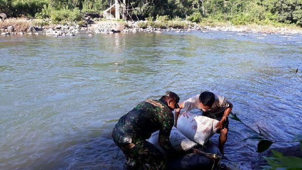 TNI bantu bangun jembatan mangkrak di Maros