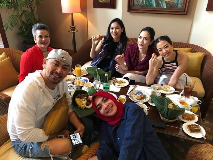 Ulang tahun kerabatnya, wanita yang biasa dipanggil Tieta ini terlihat sedang makan bersama teman-teman. Foto: Instagram @rieta_amilia