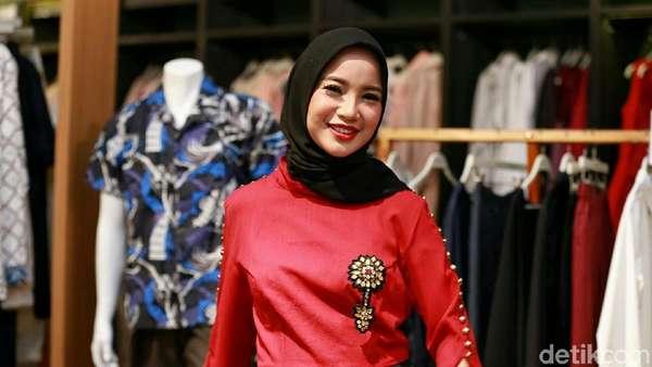 Merah Merona Baju Chacha Frederica yang Nyentrik!