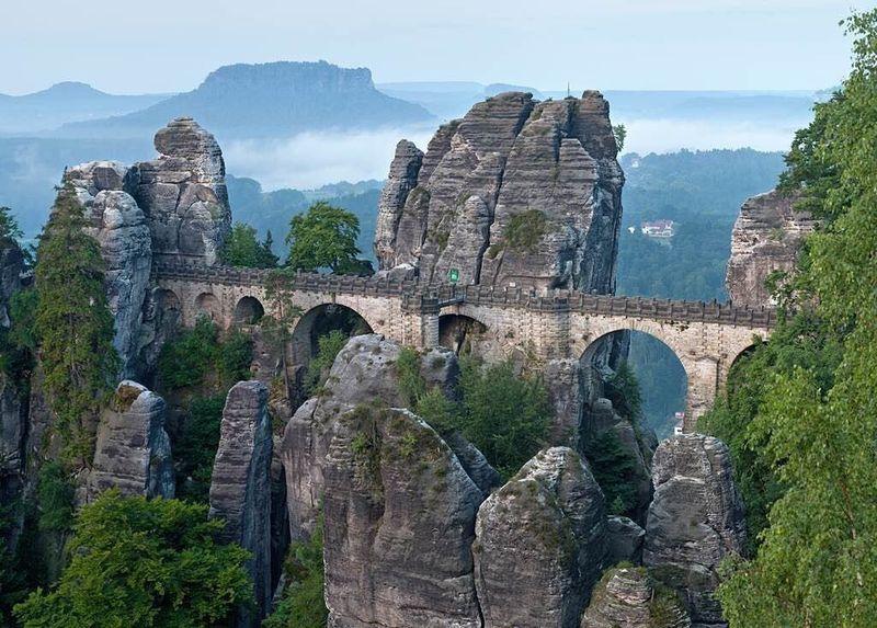Formasi tebing batu yang dihubungkan oleh jembatan ini bernama Tebing Bastei dan nama jrmbatan yagn menghubungkannya adalah Jembatan Bastei. (nature.com.photo/ Instagram)