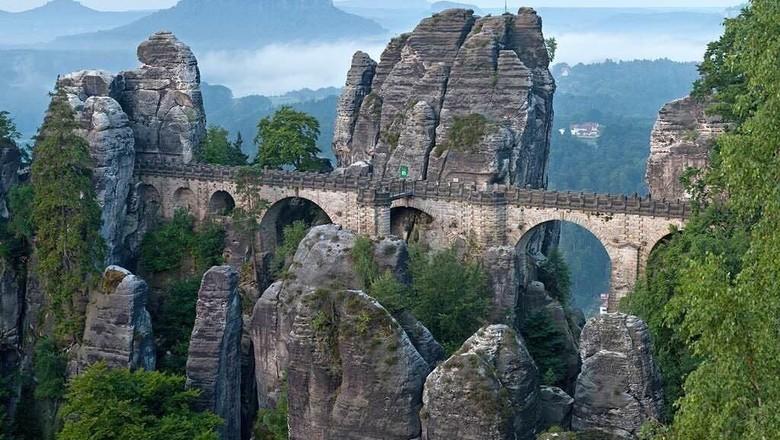 Tebing Bastei dan Jembatan Bastei dengan pemandangan cantik (nature.com.photo/ Instagram)