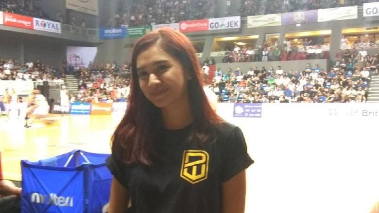 Deg-degannya Mikha Tambayong Dukung Langsung Daniel Wenas di Final IBL