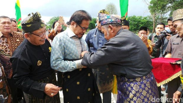 Menteri ATR/Kepala BPN Sofyan Djalil dipakaikan songket