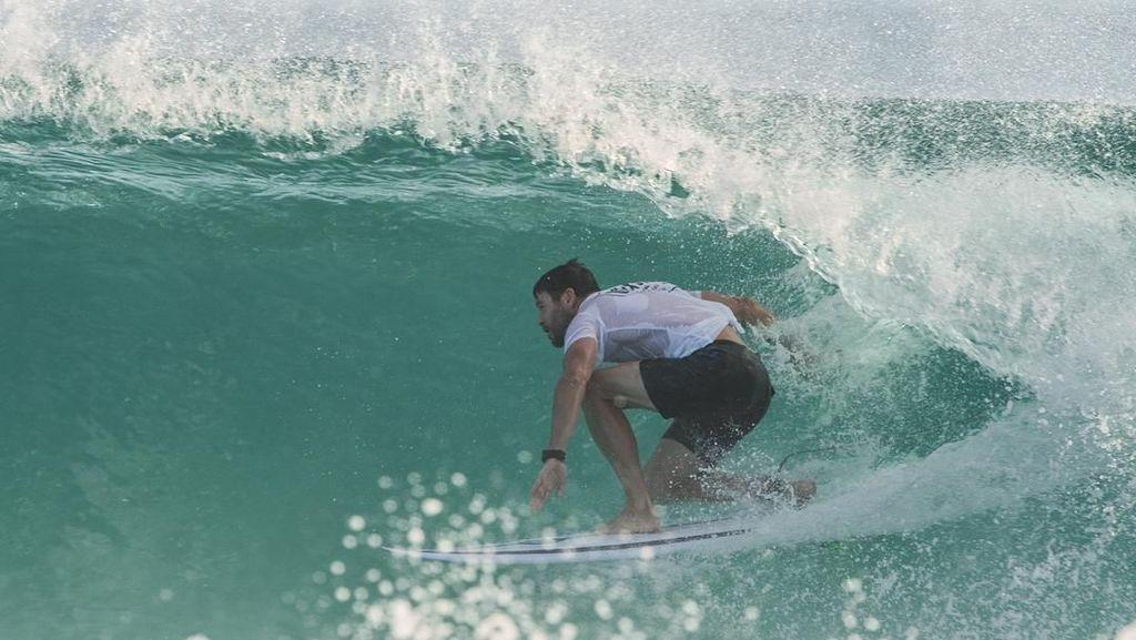 Gaya Liburan Si Kekar Thor, dari Surfing hingga Kemping