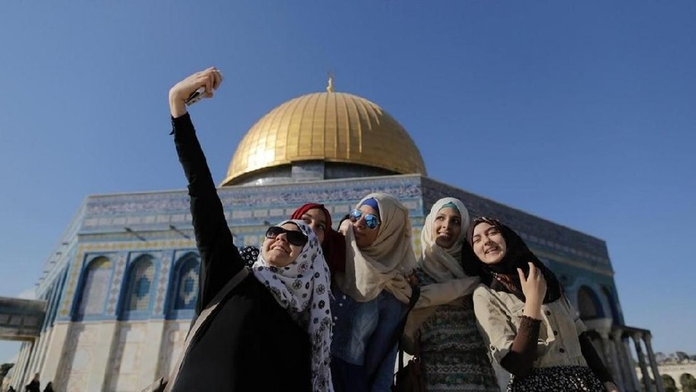 Wisatawan di Dome of The Rock (Ammar Awad/Reuters)